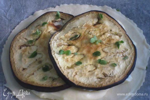 Равномерно распределить сыр,баклажаны и немного посыпать тимьяном.Запекать в разогретой до 180 °С духовке 20 минут до золотистого цвета.