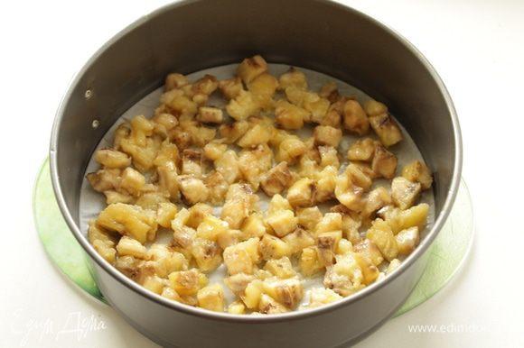 Два банана порезать и потушить на 20 г сливочного масла на медленном огне в течение 1 минуты. Выложить в форму 20-22см.