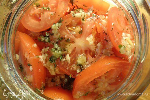 Заливаем помидоры маринадом. Закрываем крышкой. Несколько раз встряхнем и ставим в холодильник на пропитку минут на 15-30.