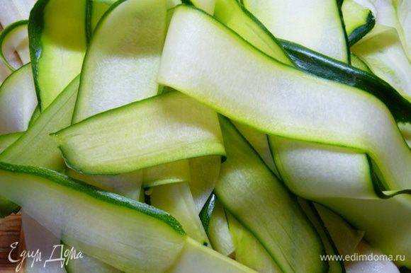 При помощи овощечистки кабачок и цукини нарезать слайсами. Форель – небольшими кусочками.