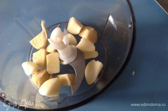 Очистить и мелко порубить чеснок и имбирь. И того и другого я использовала немного больше, нежели дано в рецепте.