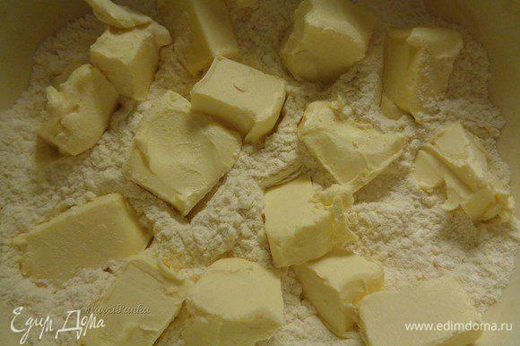 Масло порежьте кубиками. Щипками вмешайте его в сухую смесь.