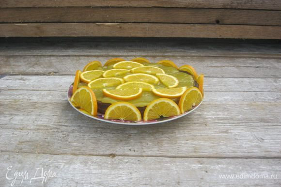 Декор: Бока и верх украсить дольками апельсина.