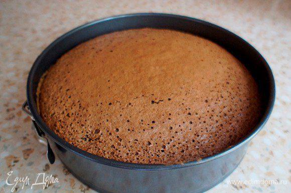 Выпекать в разогретой до 180 гр. духовке 50-60 минут. Готовый пирог достать из духовки. Остудить.
