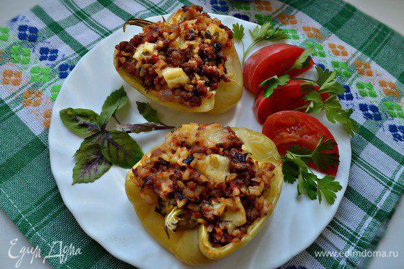 Подавать готовые перцы можно с томатным соусом, сметаной, как любят мои домашние. Я же люблю натуральный вкус перцев! Выбирать вам! В любом случае, это очень вкусно!