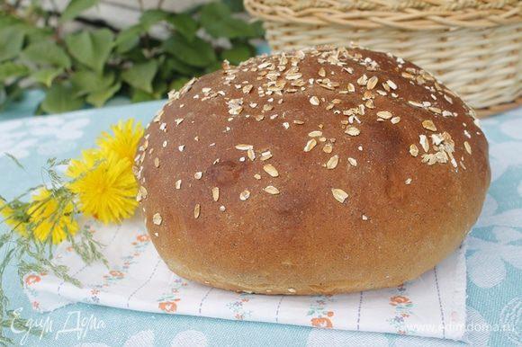Перед выпечкой обильно сбрызнуть водой хлеб и духовку. Выпекать в разогретой до 220С духовке 30- 35 минут. Готовый хлеб выложить на решетку, накрыть полотенцем до полного остывания.
