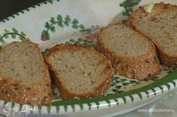 Чеснок почистить и натереть им горячий обжаренный хлеб.