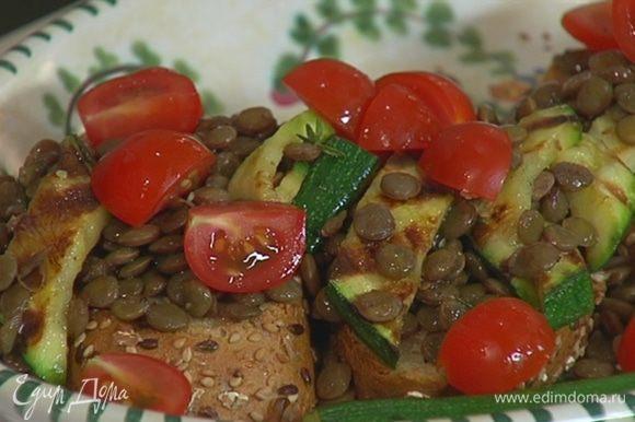 Выложить на гренки чечевицу с цукини, помидоры, посолить, поперчить и сбрызнуть оставшейся заправкой.