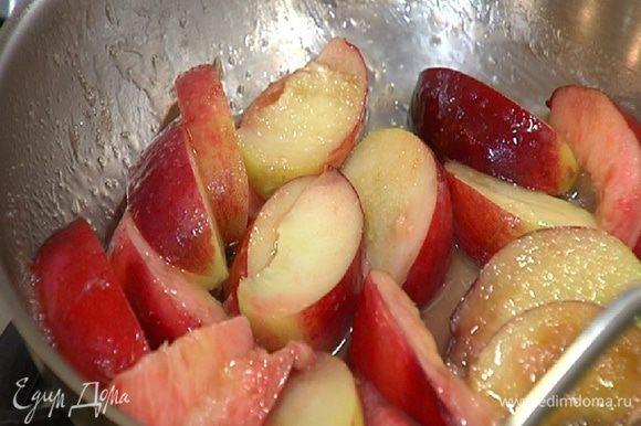 Поместить персик и нектарин в сковороду, добавить 1 ст. ложку сахара и 1 ч. ложку сливочного масла и закарамелизировать фрукты.