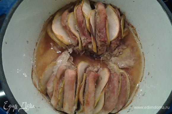 Мясо отправить в духовку и выпекать 2 часа на 150 гр. За 15 минут до готовности снять крышку и поставить на режим *гриль*.