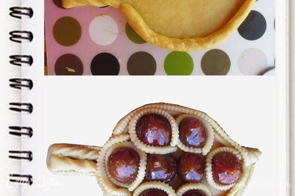Раскатать тесто и вырезать форму листа. Сделать надрез размером 2 см с острой части листа и с обеих сторон черешка, завернуть края трубочкой. Черешок разрезать в середине ,не до конца и вывернуть его.