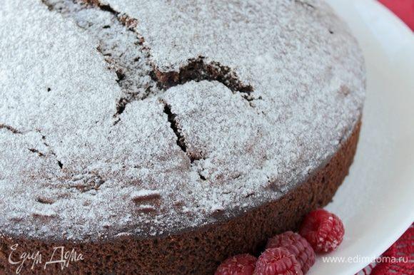 Пирог полностью остудите, посыпьте сахарной пудрой.