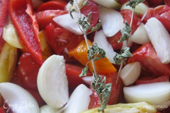Выложить в форму нарезанные овощи, лавровый лист и тимьян ( чабрец или душица). Засыпать сахар, соль, перец, влить вино.
