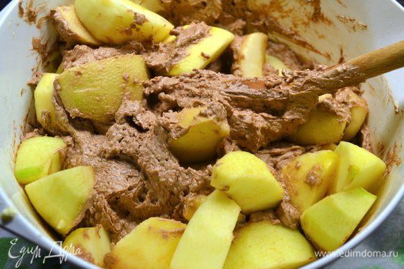 Выложить яблоки в тесто и перемешать.