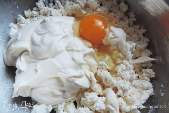 Брынзу раскрошить, добавить творог, соль, сметану, яйцо и все растереть вилкой. Полной однородности добиваться необязательно. Главное все хорошо перемешать.