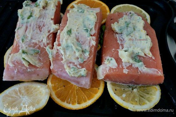 Рыбу промазать ароматным маслом (немного оставить для подачи).