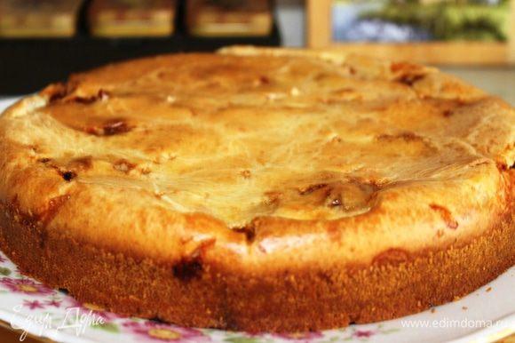 Готовый пирог выложить на сервировочное блюдо и можно сразу горячим подавать к столу. Но даже в холодном виде этот пирог очень вкусный.