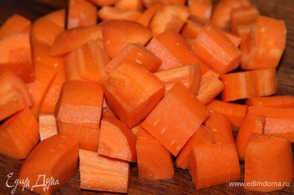 Ставим воду на огонь, морковь очищаем и нарезаем крупными кусочками. Как только вода закипит, отправляем туда морковь и готовим 20 минут на слабом кипении.
