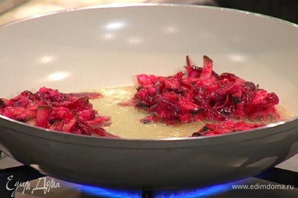 Разогреть в сковороде оливковое масло и ложкой выложить небольшие лепешки из овощной смеси.