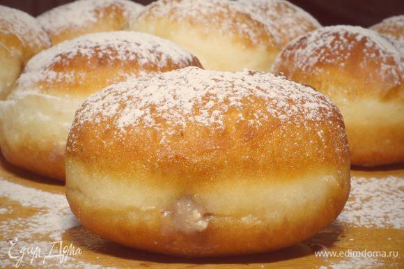 Готовые пончики посыпаем сахарной пудрой.