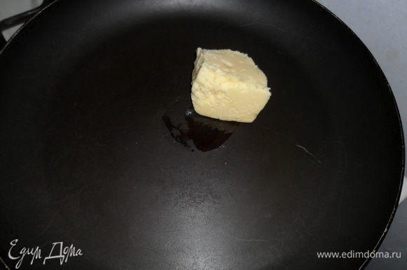 В форме которой будете выпекать ( у меня сковорода без ручки) растопить сливочное масло.