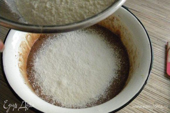 В яичную смесь кладем шоколадную, ваниль,просеиваем муку с разрыхлителем, перемешиваем...