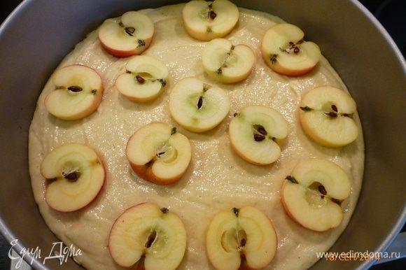 Выливаем тесто в форму ( у меня разъемная, 23 см в диаметре). Поверх выкладываем половинки яблок, слегка вдавливая их.