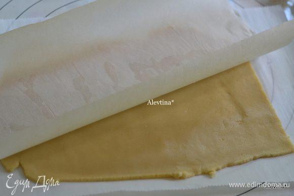 Разделить тесто на 4 части. Раскатать первую часть на бумаге для выпечки, используя бумагу для выпечки и сверху. Удобно тем что тесто не прилипает и послушное.
