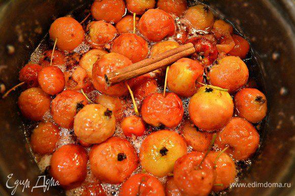После того как яблочки настоятся, довести их до кипения и варить 5-7 минут, снимая пену. Далее необходимо убрать с огня и дать полностью остыть, затем добавить к яблокам палочку корицы, снова довести до кипения и варить 5-7 мин, и снова дать полностью остыть, эту процедуру повторить еще раз. Это нужно для того, чтобы варенье получилось прозрачное, а яблочки не разварились. Варенье остудить и разложить по чистым банкам.