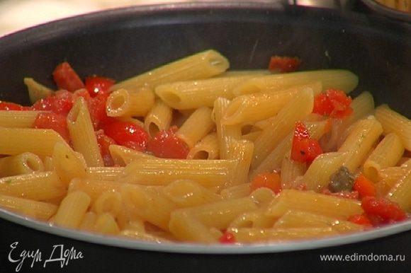 Отваренные макароны добавить к овощам с колбасками, перемешать и снять сковороду с огня.