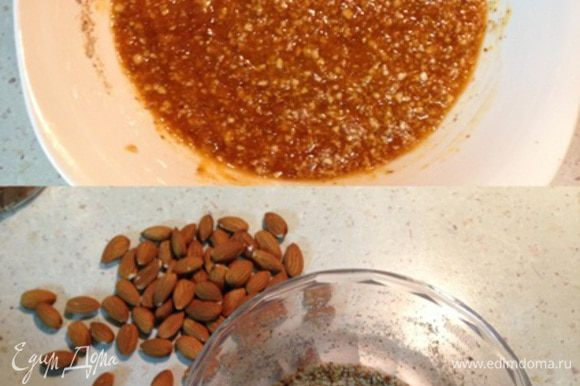 Горсть миндальных орехов перемолоть в блендере и соединить с абрикосовым вареньем.