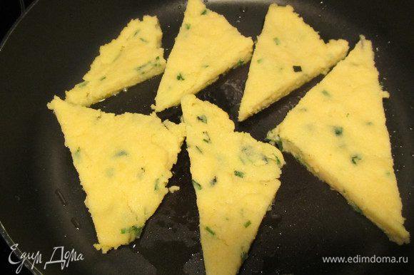 Поленту нарезаем треугольниками. В рецепте ее рекомендуют поставить под разогретый гриль по 4 минуты с каждой стороны. Я ее обжарила на сковороде.