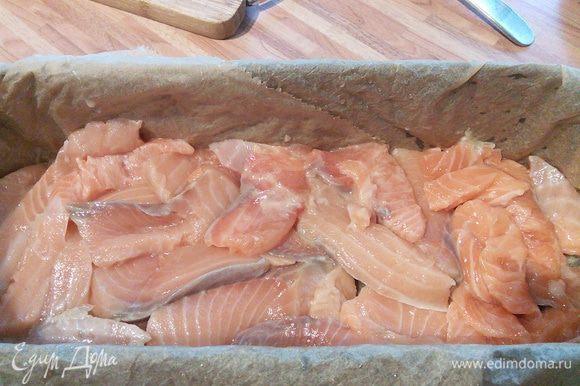 Выложить половину лосося.