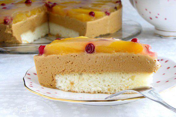 Отрезать кусочек и пробовать.))) Торт получился очень нежным и вкусным! Приятного аппетита!