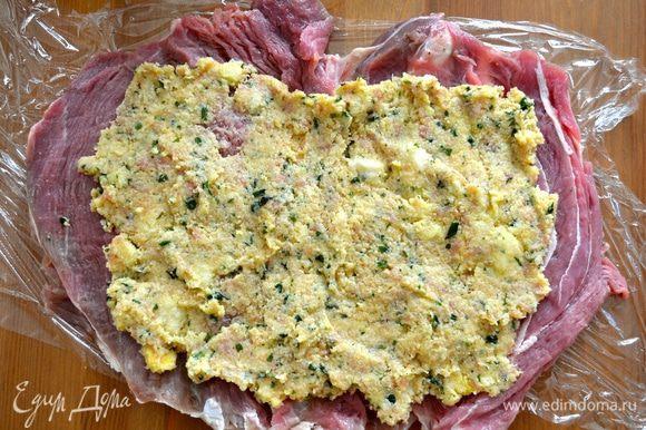 Равномерно распределить начинку по подготовленному куску мяса. Сверху присыпать кедровыми орешками и изюмом (по желанию, я не добавляла).