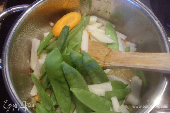 Теперь очередь овощей, добавить их и прогреть все вместе.