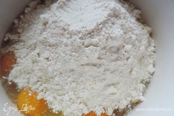 Кладем в миску яйца, оставшийся сахар, миндальную муку, муку и взбиваем 8-10 минут.