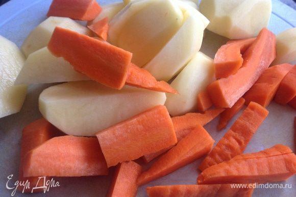Морковь и картофель очистите и нарежьте ломтиками. Переложите в миску...