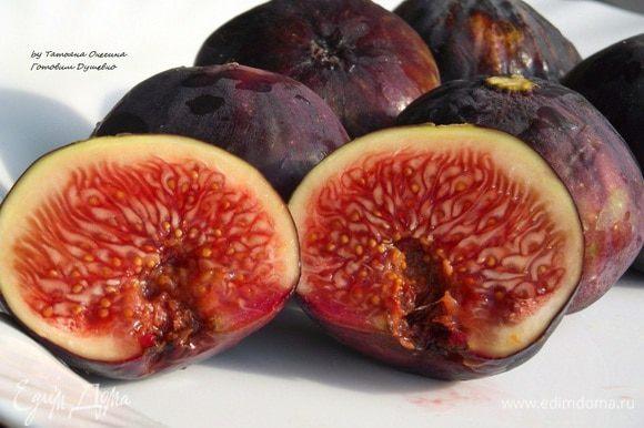 Настоящий зрелый инжир имеет черный или зеленый цвет (в зависимости от сорта) и множество семян-орешков внутри. На ощупь это упругий плод, поддающийся при нажатии.
