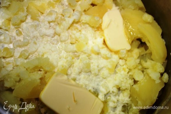 Приготовить картофельное пюре (не очень жидкое): размять отварной картофель, добавить масло сливочное (25 грамм) и сливки. Перемешать.