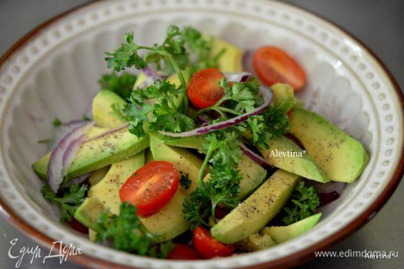 Сложить все в блюдо. Посолить и поперчить. Выложить зелень, сбрызнуть оливковым маслом. Подаем к столу. Приятного аппетита.