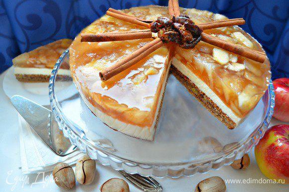 Перед подачей украшаем торт палочками корицы и карамелизированными в коричневом сахаре орехами.