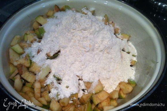 Смешайте яблоки, сахар, муку, соль, разрыхлитель и фундук.