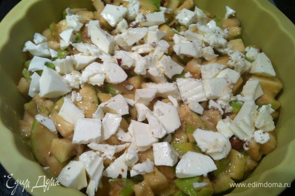 Выложите ложкой половину смеси в форму. Сверху выложите сыр.