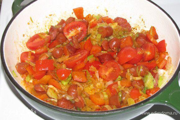 Добавить помидоры черри и паприку, потушить еще 5 минут.