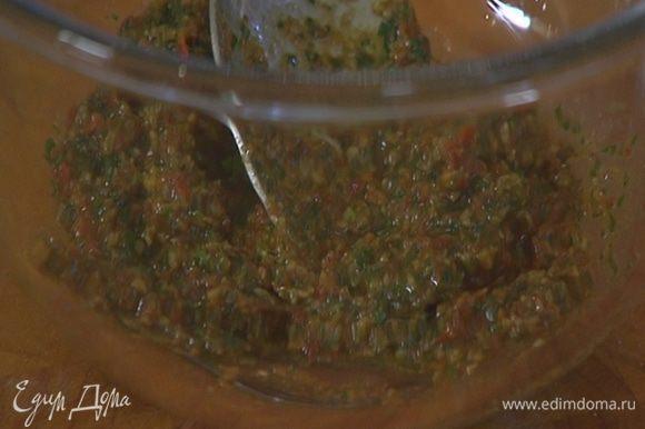 Приготовить песто: в чаше блендера соединить вяленые помидоры, чеснок, листья кинзы, петрушки и базилика, добавить орехи, посолить, поперчить, влить оливковое масло Extra Virgin и взбить все в однородный соус.