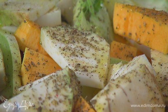 Небольшую форму для выпечки выстелить фольгой, так чтобы края свешивались, выложить нарезанные овощи, сбрызнуть оливковым маслом, немного посолить, поперчить, посыпать майораном.