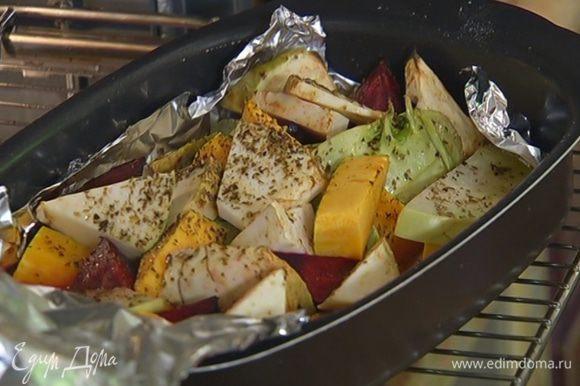 Когда овощи будут почти готовы, раскрыть фольгу и запекать их под грилем до образования румяной корочки.