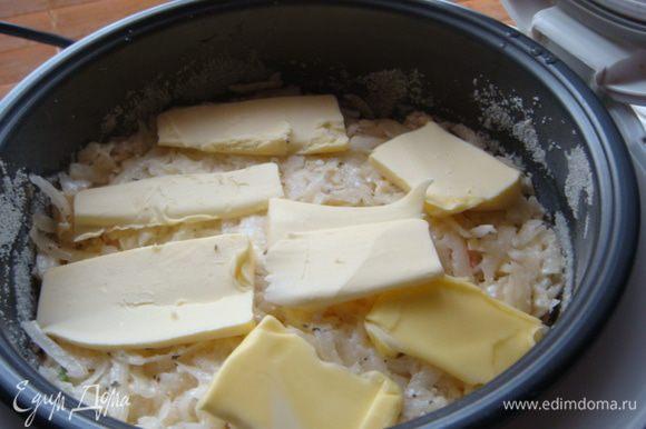 Все хорошо перемешать . Чашу Мультиварки (объем 19 см.или форму смазать маслом и посыпать манкой) .Выложить картоф.массу сверху сл.масло кусочками.Режим выпечка на 1.5 часа,в духовке на 45 мин.,до готовности картофеля. В МВ большего размера готовиться быстрее.