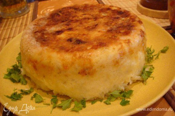 Перевернуть с помощью паровой чаши на блюдо.пирог переворачивается легко,не рассыпается. Получилась невероятно вкусная и хрустящая корочка.